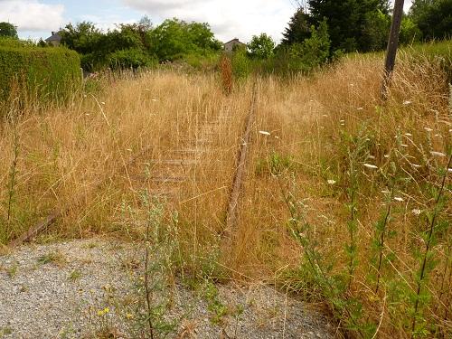 De l'autre côté, l'ancienne voie ferrée à l'abandon