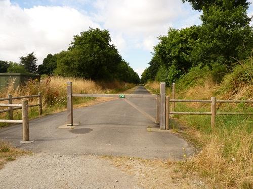 D'un côté de la route l'extrémité de la voie verte à Mauron (56)
